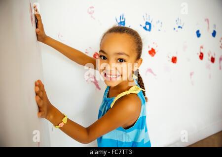 Mixed Race girl faire part imprime sur le mur Banque D'Images