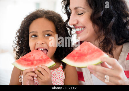 Mother and Daughter eating watermelon Banque D'Images