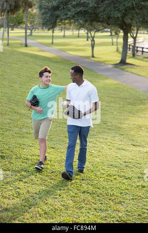 Père et fils en rattrapage dans park Banque D'Images