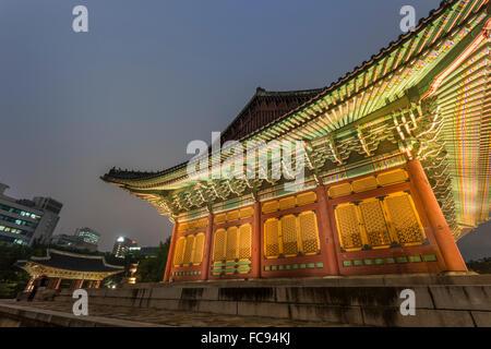 Junghwa-jeon (Salle du Trône), palais Deoksugung, bâtiment traditionnel coréen, éclairé au crépuscule, Séoul, Corée Banque D'Images