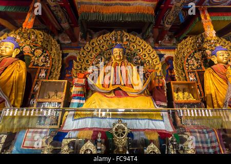 Statues de Bouddha en or et l'affichage des articles, Baruun Zuu temple, Zuu Khiid, Monastère, Kharkhorin (Karakorum), Banque D'Images
