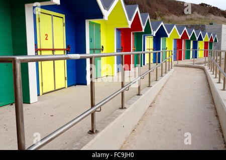 De nouvelles cabines de plage aux couleurs vives, Whitmore Bay, Barry Island, Vale of Glamorgan, Pays de Galles, Banque D'Images