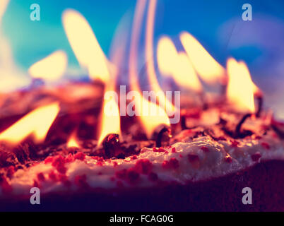 Libre d'autres toujours allumé des bougies après soufflant le gâteau Banque D'Images
