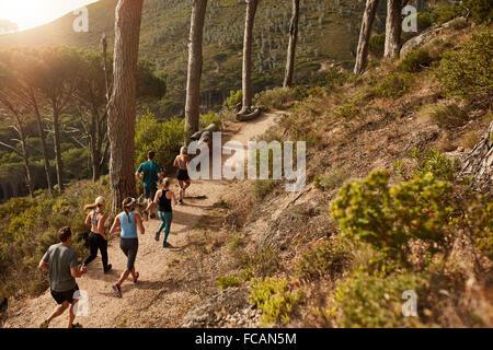 Groupe de jeunes trail running sur un chemin de montagne. Porteur de vous entraîner dans une nature magnifique. Banque D'Images