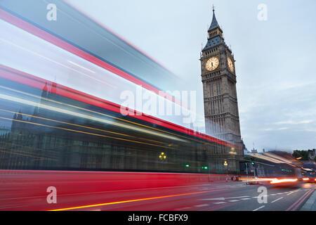 Big Ben en début de matinée et red bus passant à Londres, couleurs naturelles Banque D'Images