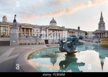 Vide Trafalgar square, la National Gallery et vient tôt le matin sur socle