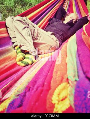Woman Relaxing In A Hammock Banque D'Images