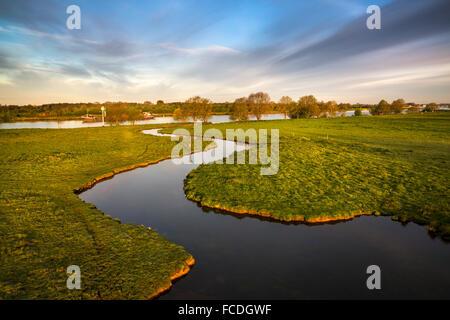 Pays-bas, Afferden, petite rivière appelée Eckeltsche ou Beek en Maas En Waal Maas ou Meuse. Cargo, randonneur Banque D'Images
