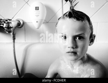 Portrait Of Boy in Bathtub Banque D'Images