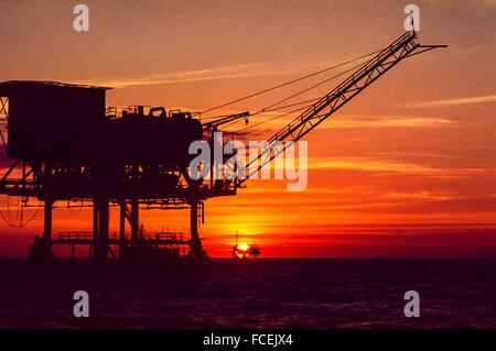 Plate-forme de forage en mer au coucher du soleil, aux Philippines. Banque D'Images