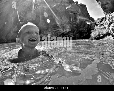 Garçon nager dans le lac Banque D'Images