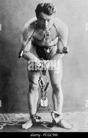 Harry Houdini (né Erik Weisz) dans les chaînes, portrait c. 1899 Banque D'Images