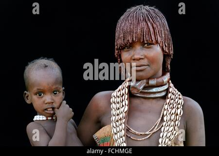 Jeune femme tribu Hamer avec colliers traditionnels et d'entendre l'objet avec un mélange d'ocre et de graisses Banque D'Images