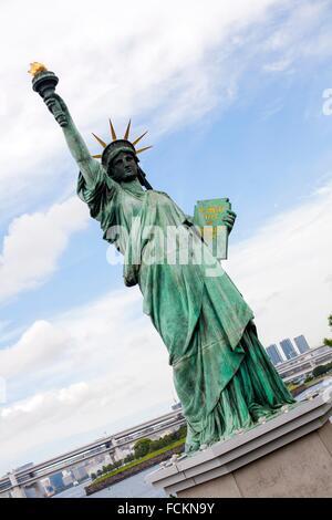 Copie de la Statue de la liberté dans le district d'Odaiba, une île artificielle à Tokyo, Japon Banque D'Images