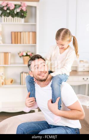 Père tenant sa fille sur les épaules Banque D'Images
