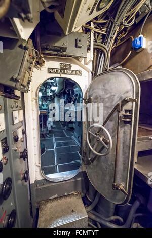 Porte de sécurité dans un sous-marin de la guerre froide en Italie. Banque D'Images