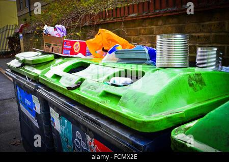 Les ordures laissées sur haut de bacs de recyclage Wanstead, Londres E11 Banque D'Images