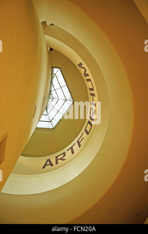 New York, USA: intérieur détails de la rampe en spirale du Musée Solomon R. Guggenheim conçu par l'architecte américain Banque D'Images