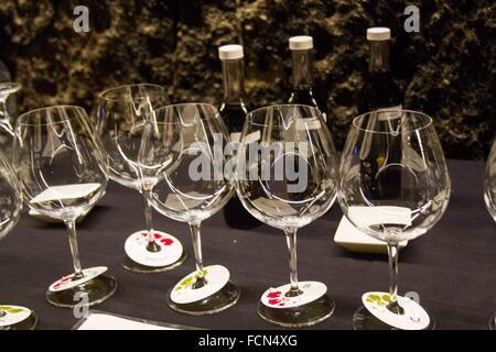 Plusieurs verres à vin rouge vide alignés sur une table côte à côte dans une cave en attente d'être rempli de vin. Banque D'Images