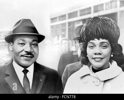Dr Martin Luther King Jr avec son épouse, Coretta Scott King, 1964. Prises d'un tirage photographique qui a été fortement retouchées à la main.