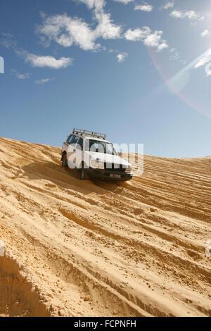 Safari en Jeep dans les collines de sable de désert du Sahara, dans le sud de la Tunisie, l'Afrique. Banque D'Images