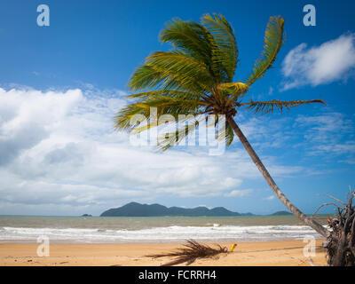 Une vue de la plage du sud à brillante Mission Beach, Queensland, Australie. Dunk Island est dans la distance. Banque D'Images