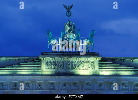 L'Europe, Allemagne, Berlin, le quadrige de la porte de Brandebourg. Europa, Deutschland, Berlin, die Quadriga auf Banque D'Images