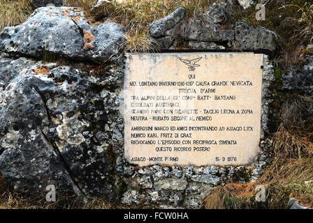 """La PREMIÈRE GUERRE MONDIALE, Veneto, Italie, Préalpes Mont Forno. Une belle plaque de pierre placé en 1967 par d'anciens soldats ennemis lorsqu'ils se sont trouvés sur les anciens champs de bataille. """"Ici, à l'hiver 1916-1917 à distance à cause d'une grande trêve de neige entre les soldats de la 62e Alpini Comp. Batt. Bassano et les soldats autrichiens échange de pain pour cigarettes-bois couper dans la zone neutre de l'ennemi-vu volé Ambrosini Marco et amis réunis à Turin avec l'ancien ennemi Karl Fritz de Graz rappelant cet épisode avec sympathie mutuelle mettre cela Asiago-Monte memorial Forno 15-9-1976"""