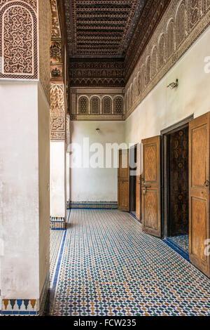 Détail de l'entrée de l'une des chambres dans le Palais de la Bahia à Marrakech, Maroc. Banque D'Images
