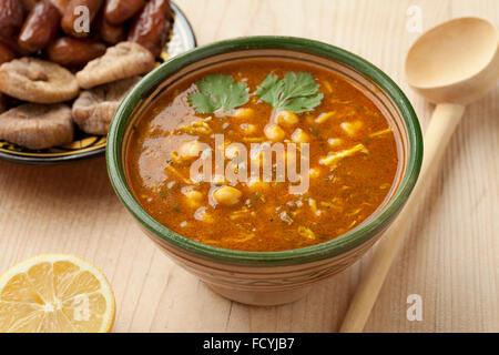Bol de soupe marocaine harira, citron, les dates et les figues pour l'iftar Banque D'Images