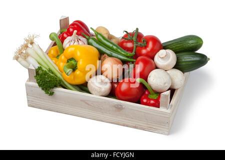 Coffre en bois avec des légumes frais sur fond blanc Banque D'Images