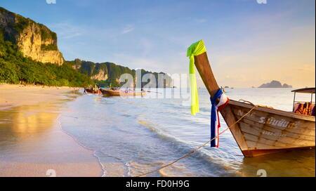 Thaïlande - province de Krabi, la baie de Phang Nga, l'heure du coucher du soleil sur la plage
