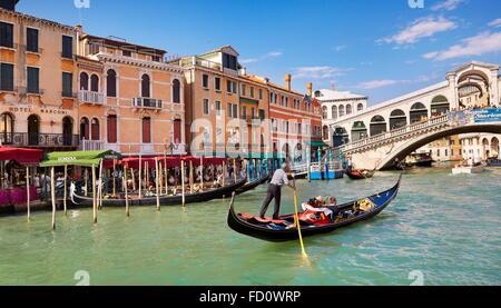 Venise - Grand Canal, les touristes en gondole explorer Venise, Italie Banque D'Images
