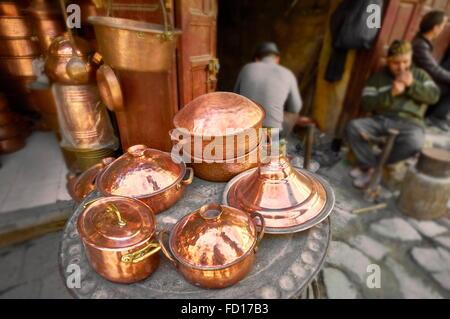 Fès, Médina. Des ateliers de métallurgistes dans la localité el Seffarine. Maroc Banque D'Images