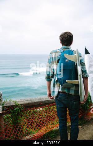 Un jeune homme explore Big Sur, en Californie. Banque D'Images