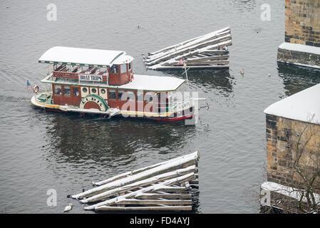 Bateau voyage sur la rivière Vltava en hiver, Prague, République Tchèque