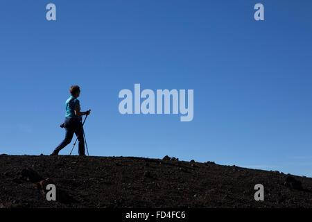 Une femme marche nordique sur la crête du volcan de Samara dans le Parc National du Teide sur Tenerife, Espagne. Banque D'Images
