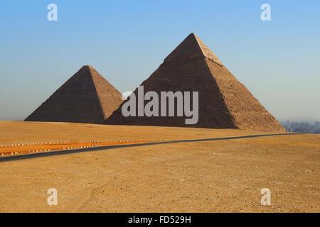 Deux des grandes pyramides sur le plateau de Gizeh Banque D'Images