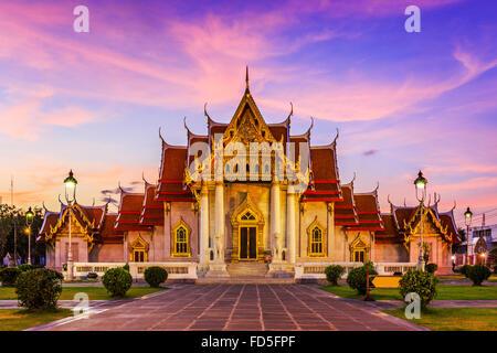 Bangkok, Thaïlande. Le Temple de marbre, Wat Benchamabopit Dusitvanaram au coucher du soleil. Banque D'Images