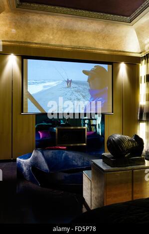 Grand écran dans chambre à coucher de l'appartement à Londres Banque D'Images