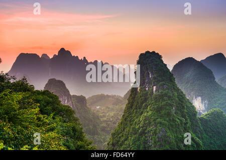Montagnes karstiques de Xingping, Guilin, Chine. Banque D'Images