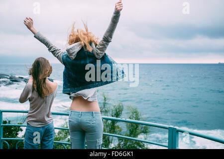 Deux jeunes femmes sur la Promenade Banque D'Images