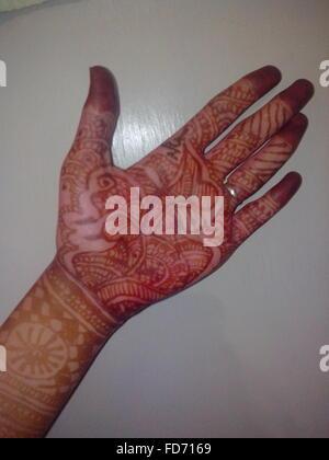 Montre mariée magnifique tatouage au henné sur la main Banque D'Images