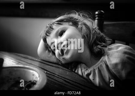 Happy Girl Leaning On Table Banque D'Images