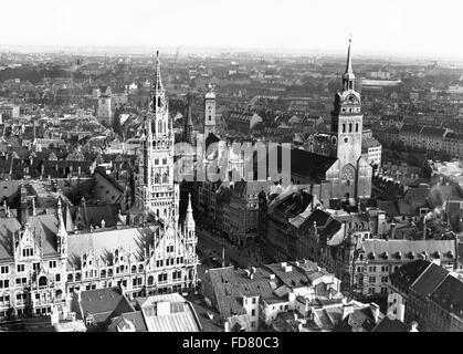 La Marienplatz avec l'ancienne pierre et nouvel hôtel de ville de Munich Banque D'Images