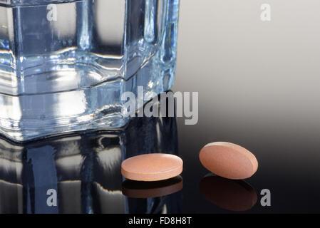 Statin comprimés avec un verre d'eau. Concept médical/santé Banque D'Images