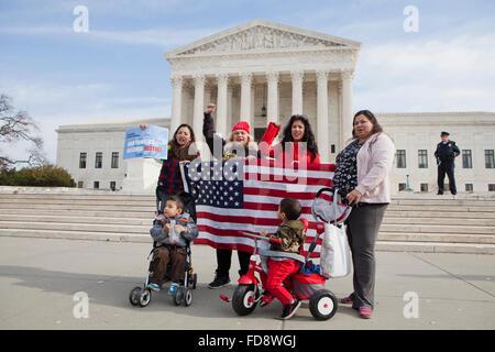 Washington DC, USA. Mardi, Décembre 12th, 2015. La réforme de l'immigration hispanique devant les militants de la Cour suprême américaine