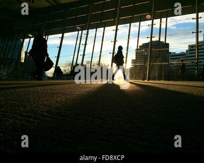 Silhouette de femme sur passerelle surélevée Banque D'Images
