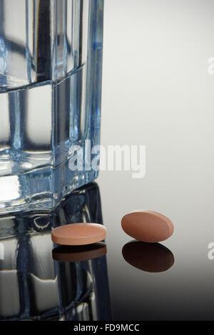 Statines médicaments génériques ou avec un verre d'eau. Concept de la santé et de la médecine. Banque D'Images