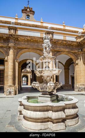 Espagne, Andalousie, province de Séville, Séville, fontaine, cour d'honneur au rectorat de l'Université de Séville Banque D'Images